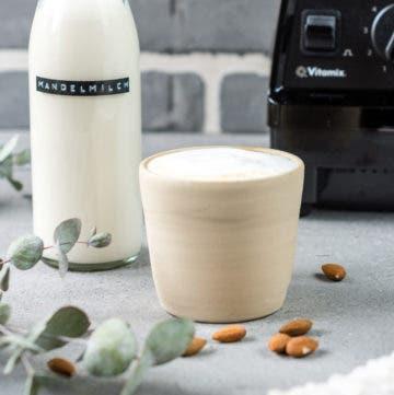 Selbstgemachte Mandelmilch und Nussmilch Cappuchino vor Mixer