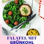 Topshot von Grünkohl mit Curry Falafel
