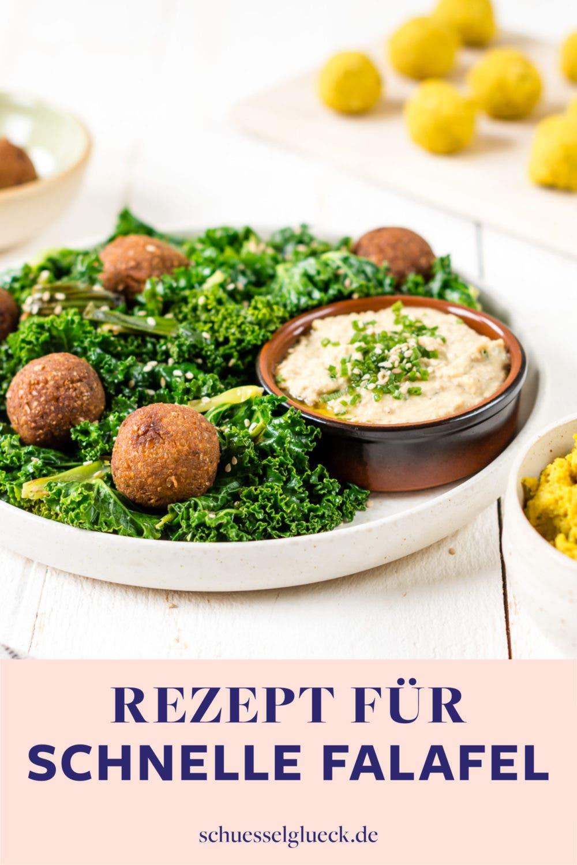 Schnelle Curry-Falafel mit gebratenem Grünkohl und Hummus