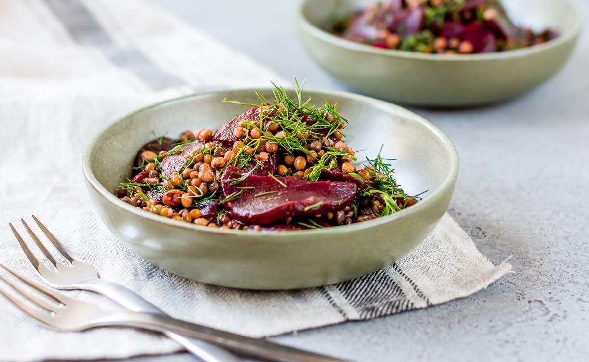 Schüssel mit Rote Bete Linsen Salat und frischem Dill.