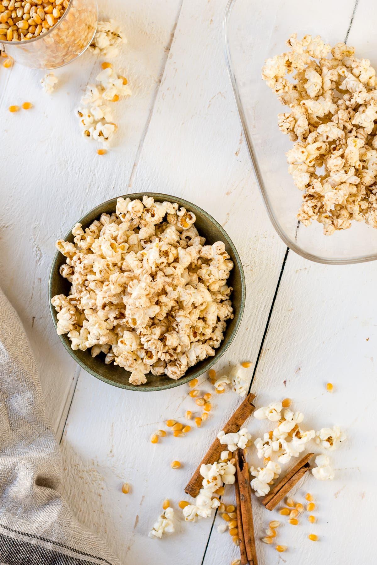 Topshot von gesundem Popcorn mit Kokosöl und Zimt in einem kleinen Schälchen