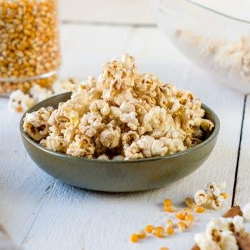 Gesundes Popcorn mit Kokosöl und Zimt in einem kleinen Schälchen