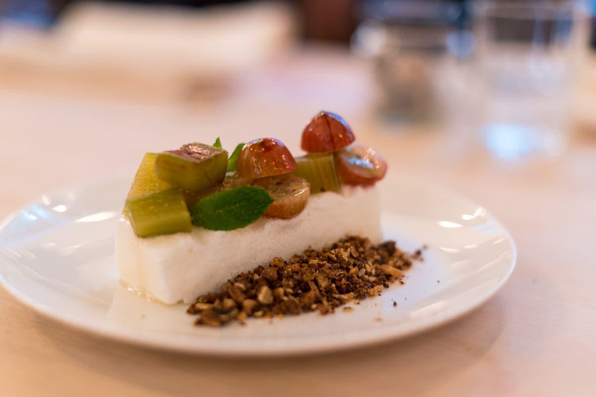 Ein Dessert mit Stachelbeeren und Rhabarber auf einem weißem Teller.
