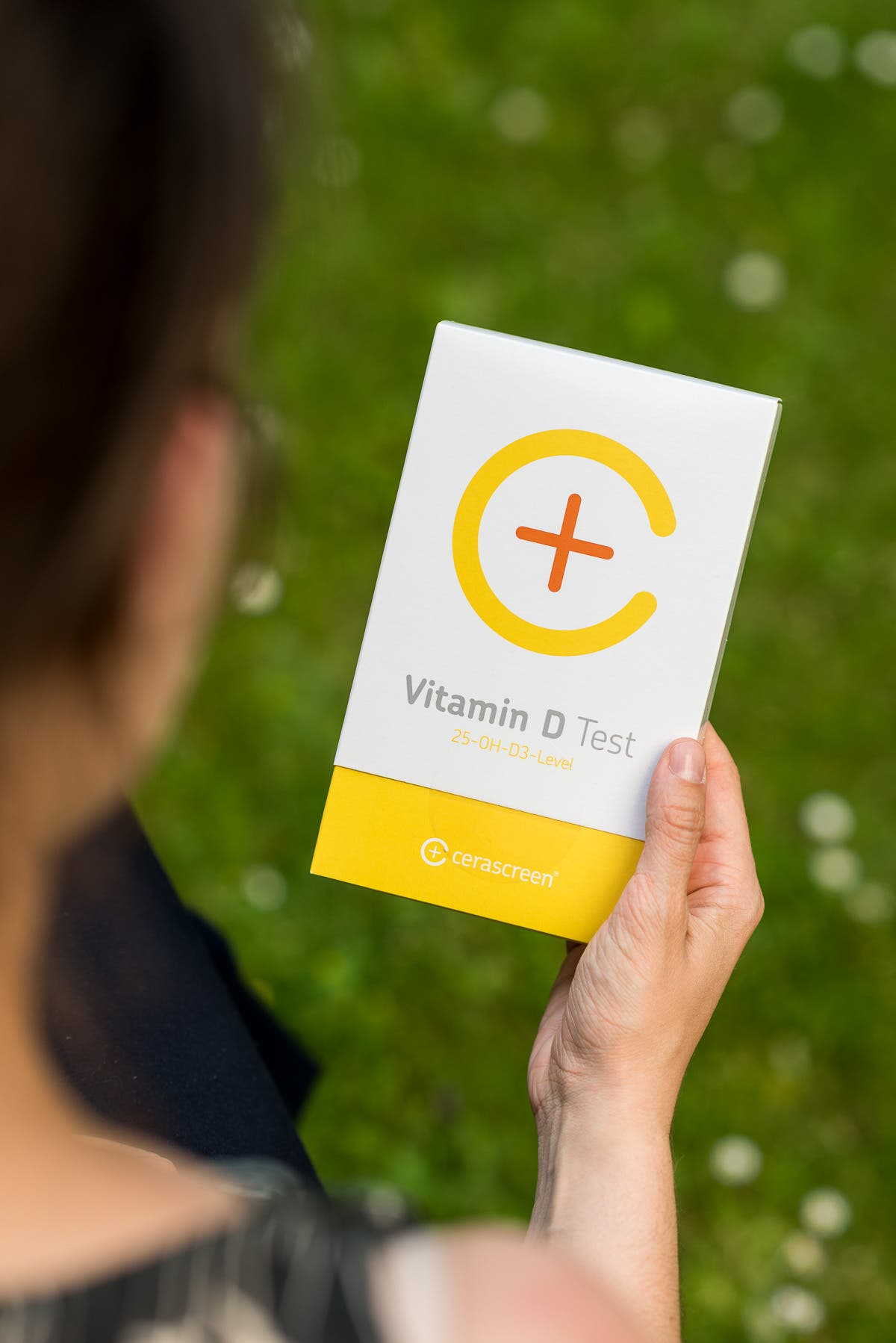 Person hält einen Vitamin D Test in der Hand.