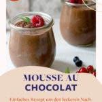 Mousse au Chocolat Schokoladendessert in zwei Gläsern und mit Beeren garniert.