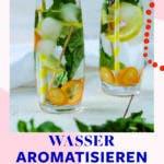 Zwei Gläser gefüllt mit Wasser, Eiswürfeln, Minze und Kumquats.