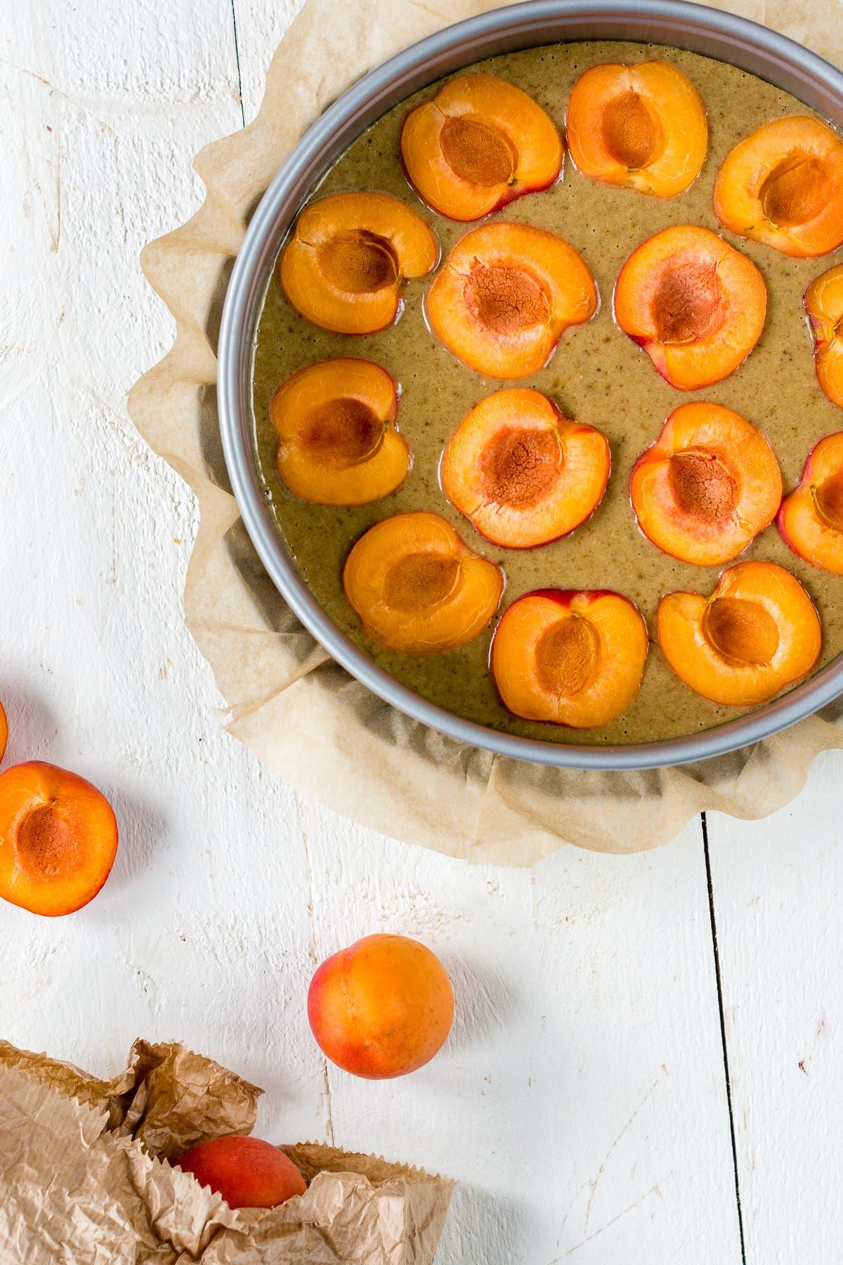 Bild von oben von einem Aprikosenkuchen der als nächstes in den Backofen kommt.