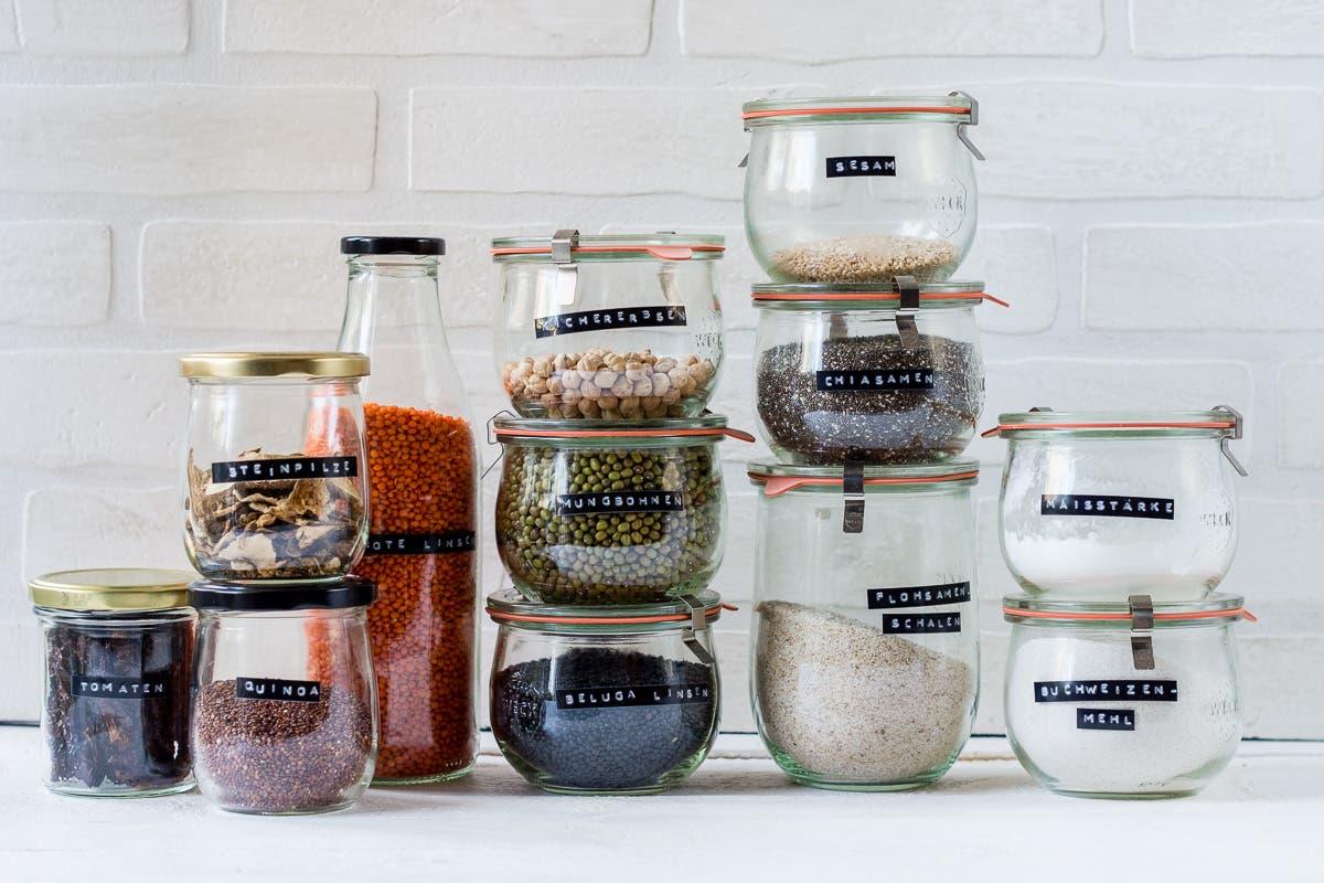 Lebensmittel in beschrifteten Vorratsgläsern, um den Vorrat zu organisieren
