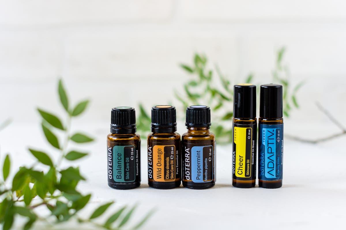 Verschiedene ätherische Öle in einer Reihe nebeneinander aufgestellt.