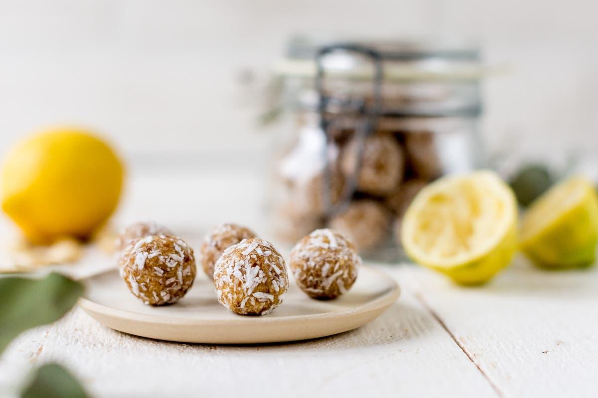Zitronige Energiebällchen auf einem Teller