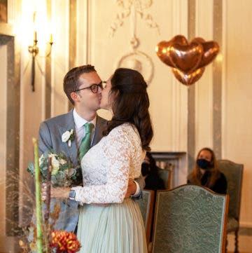 Brautpaar küsst sich im Standesamt.