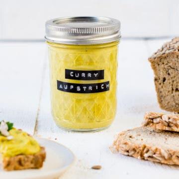 Glas mit gelbem Curry Aufstrich