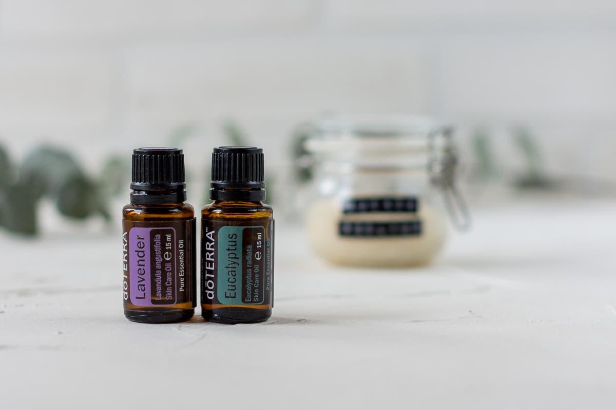Eine kleine Flasche mit dem ätherischen Öl Lavendel und eine mit Eukalyptus.