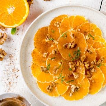 Topshot des Orangen Carpaccios mit Zimt und Walnüssen.