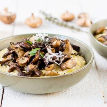Cremige Polenta mit Pilzen und Parmesan in einer Schüssel