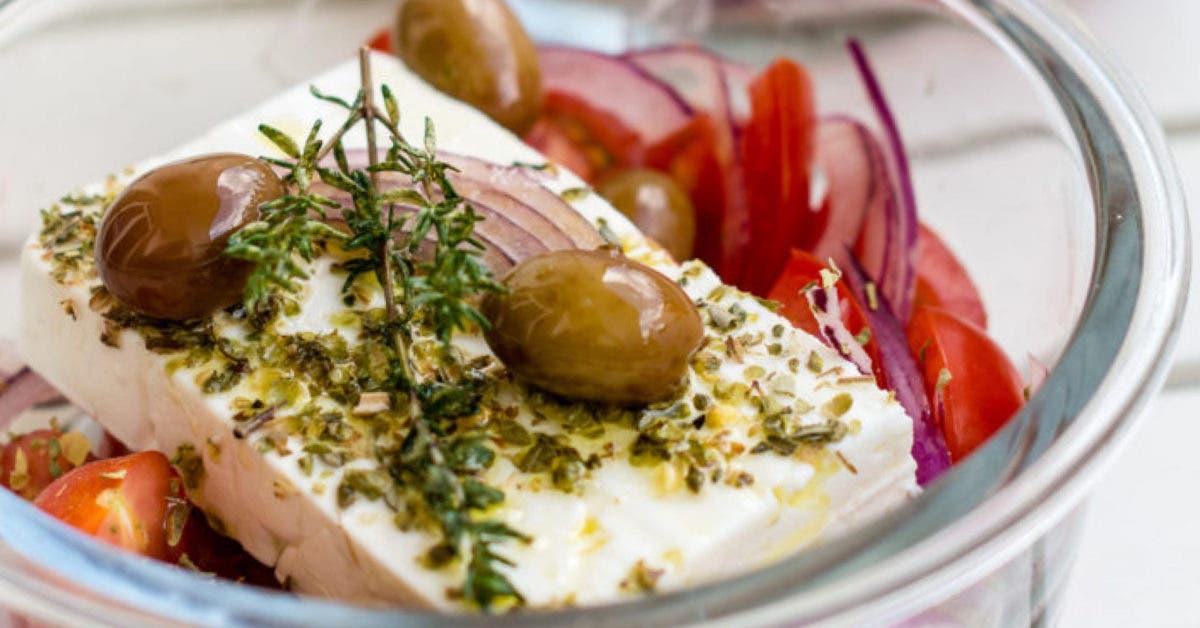 Gebackener Feta aus dem Ofen mit Gemüse und Oliven