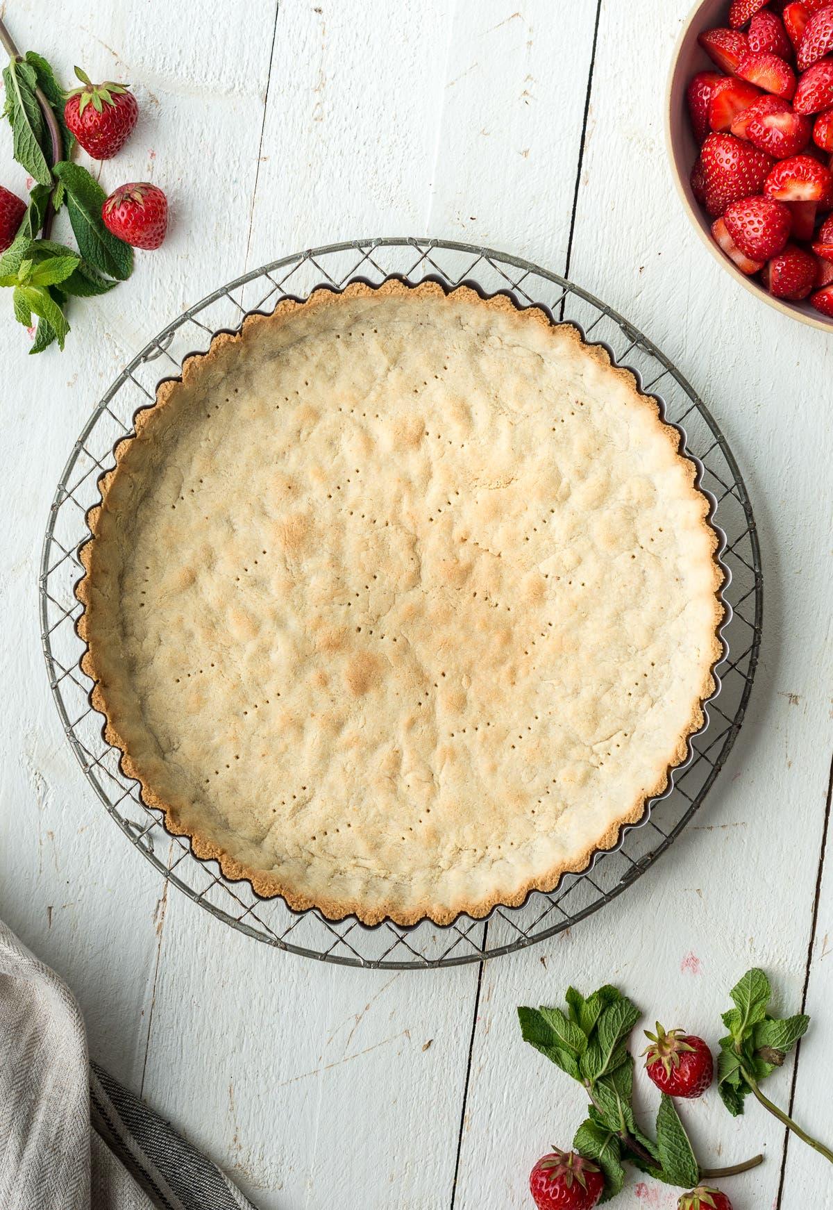 Topshot von Arbeitsschritten für eine glutenfreie Tarte mit Erdbeeren und Mascarpone