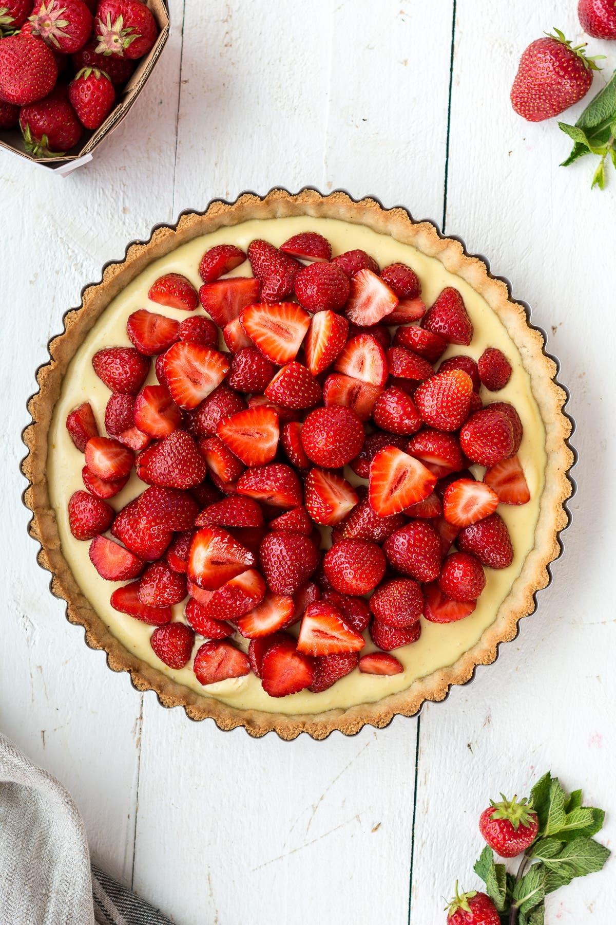 Topshot von glutenfreier Tarte mit Erdbeeren und Mascarpone
