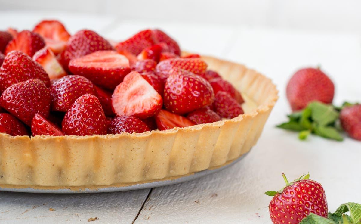 Seitliches Bild von glutenfreier Tarte mit Erdbeeren und Mascarpone